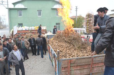 Çiftçiler düşük patates fiyatını protesto etti
