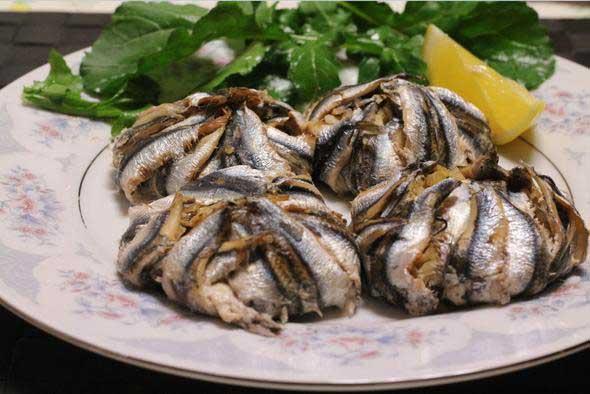 Sebzeli hamsi Çeşitli sebzelerin doğranması ve mısır unu ile hamsi ilave edilerek fırına verilmesi ile yapılan sebzeli hamsi Trabzon'un en güzel yemeklerinden biri. Sebzeli hamsi hafif ve sağlıklı bir lezzet olarak da göze çarpıyor.